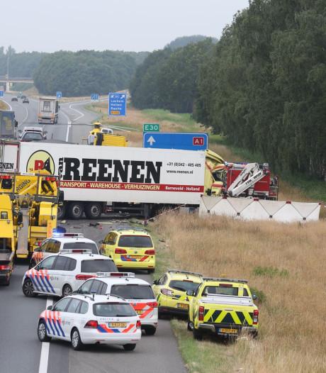 Dode en twee gewonden bij groot ongeluk: A1 tot vanmiddag dicht