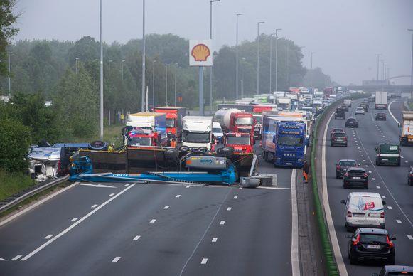 Op de E40 in Wetteren richting Brussel kantelde een vrachtwagen geladen met een hoogtewerker.
