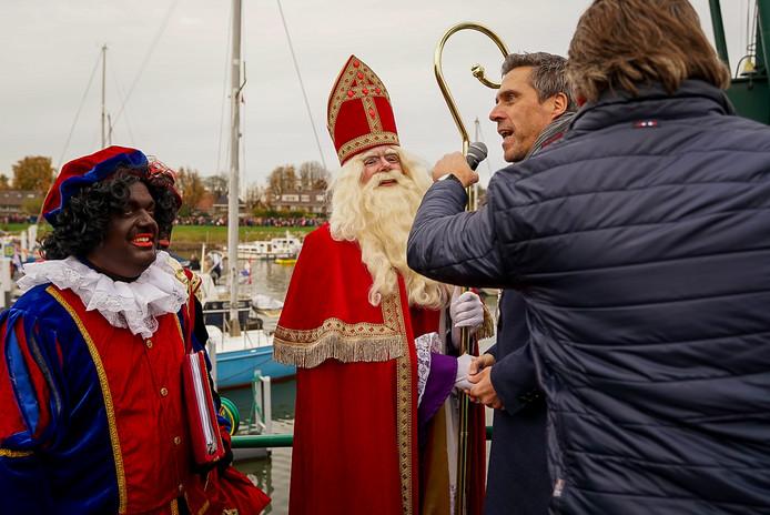 Burgemeester Moerkerke heet Sinterklaas en zijn Pieten welkom in Papendrecht.