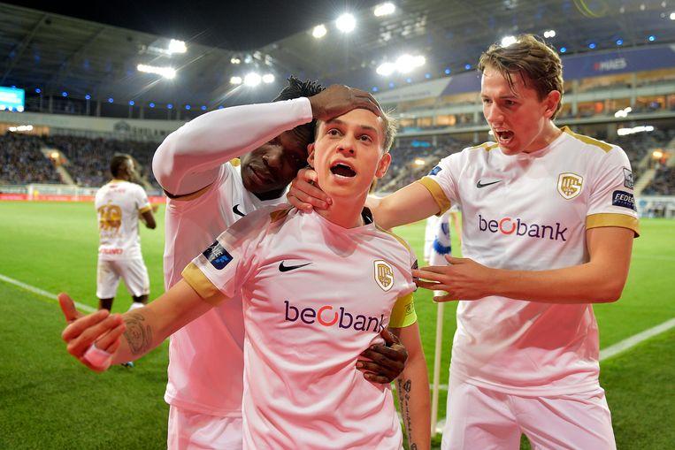Trossard scoorde de enige goal van de match. Aidoo en Berge vieren met hem.