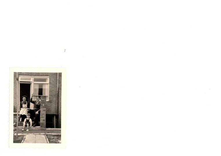 Ad Fransen, jaar of 3, net aangekomen in Limburg. Met vader en moeder. Beeld Archief familie Fransen.