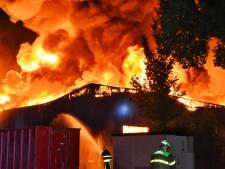 Zeer grote brand slaat over naar vierde pand op industrieterrein Kraaiven Tilburg, NL-Alert afgegeven