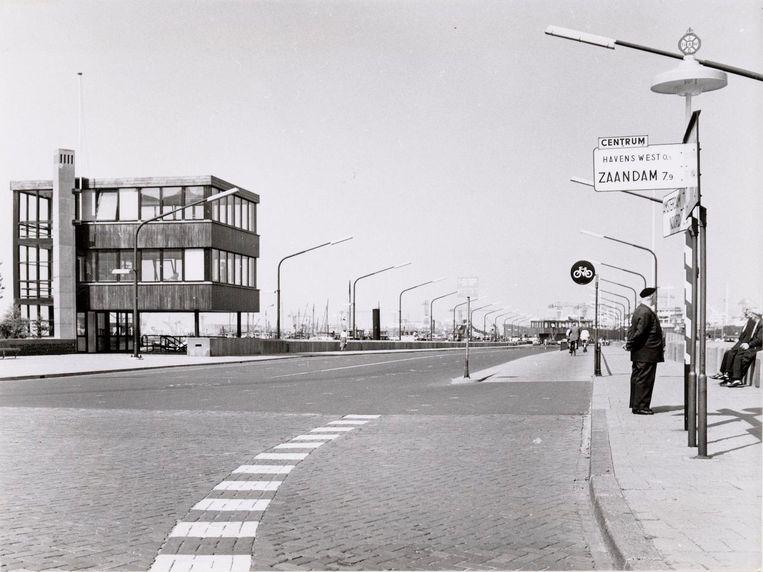 Oude Houthaven met de steiger voor het gemeenteveer Houthaven-Distelweg Links het gebouwtje van de Bonte Swaen, gezien vanaf de Tasmanstraat. 11 mei 1959. Beeld J.M. Arsath Ro'is