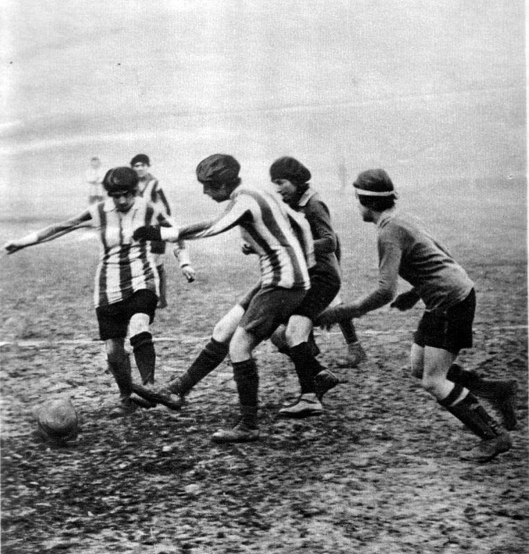 Een Frans vrouwenteam in 1920. Beeld RV