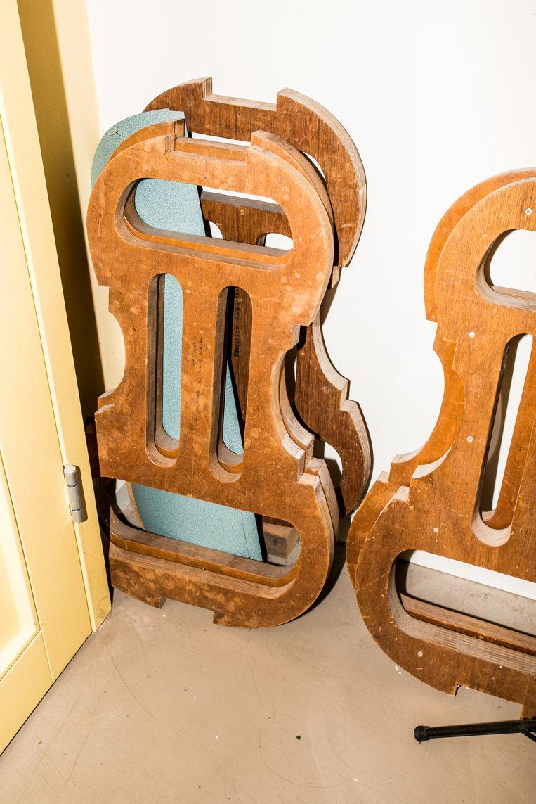 Mallen voor verschillende cello's tegen de muur van het atelier. Beeld Jan Mulders