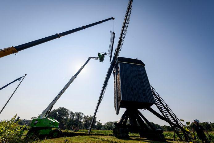 Het wiekenkruis van de Wissinks Möl is verwijderd voor renovatie.