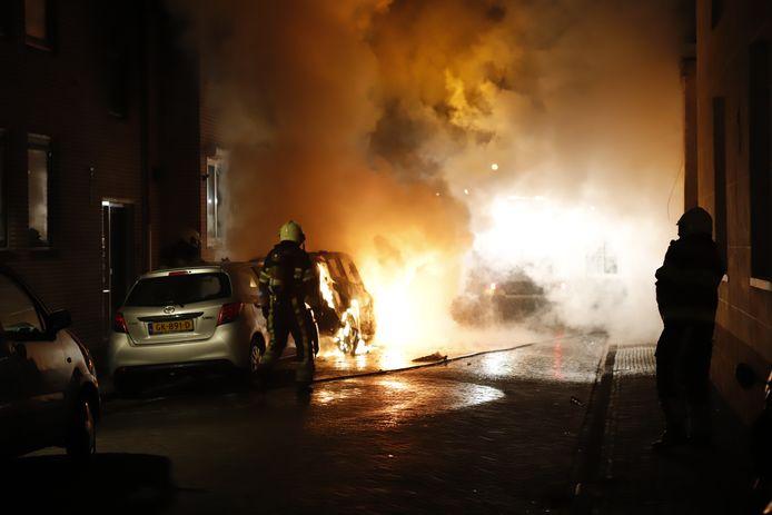 Een van de autobranden in het centrum van Grave.