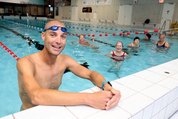Maarten van der Weijden zwom woensdagochtend vroeg mee met de Zwem4Daagse in Vianen.