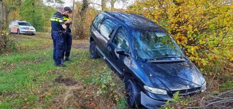 Verlaten auto aangetroffen in sloot naast zandpad bij Moergestel