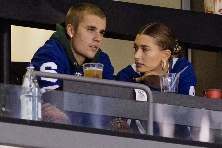 Justin Bieber en Hailey Baldwin in de tribune bij een hockeywedstrijd tussen de Philadelphia Flyers en de Toronto Maple Leafs in Toronto op 24 november 2018.