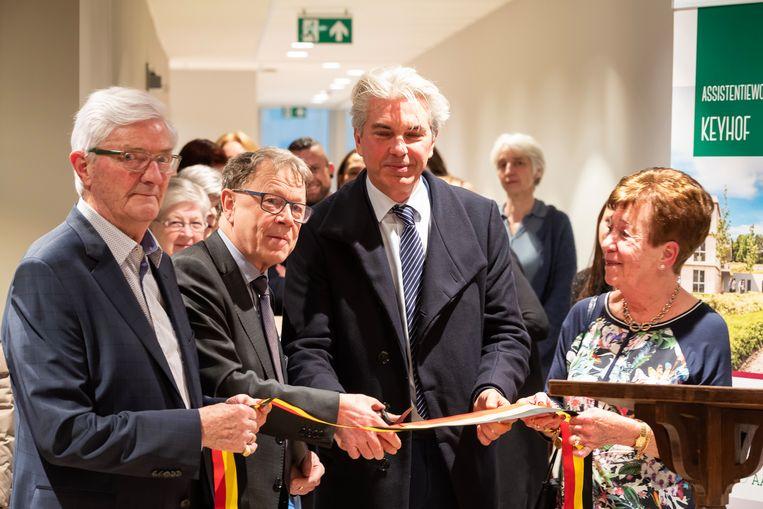 Van links naar rechts:  bewoner Gilbert, Manu Keirse, burgemeester Danny Vangoidtsenhoven en bewoonster Lisette