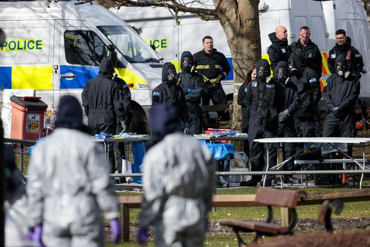 Agenten in beschermingspakken op de plaats waar Sergej Skripal en zijn dochter bewusteloos aangetroffen werden.