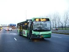 Lijnbus blokkeert A28 na ongeval met meerdere voertuigen
