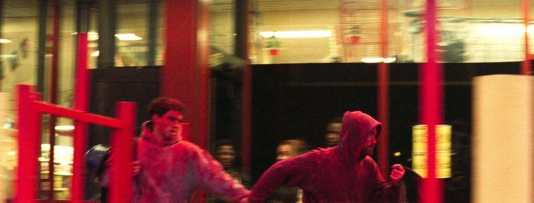 Benny Safdie en Robert Pattinson als de broers Nick en Connie in Good Time. Beeld null