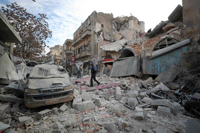 Door luchtaanvallen en artilleriebeschietingen raakten verschillende gebouwen vernield, zoals hier in Ariha.