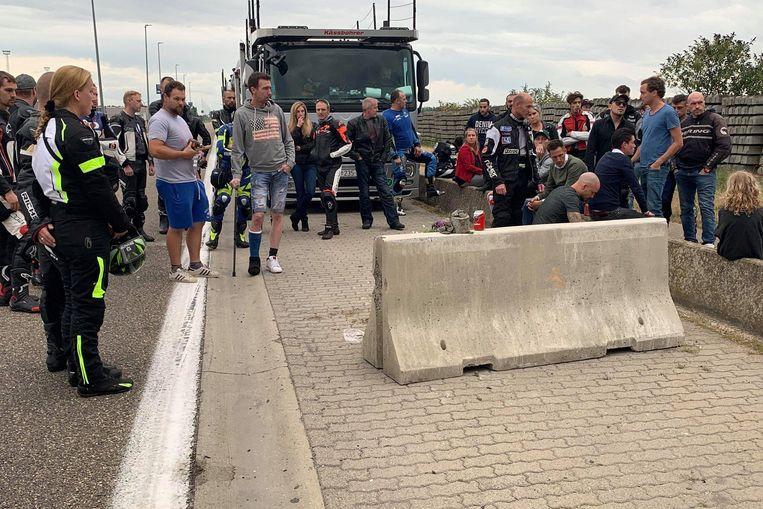 Een dertigtal motorrijders, familie en vrienden brachten een bezoek aan de plaats van het ongeval.