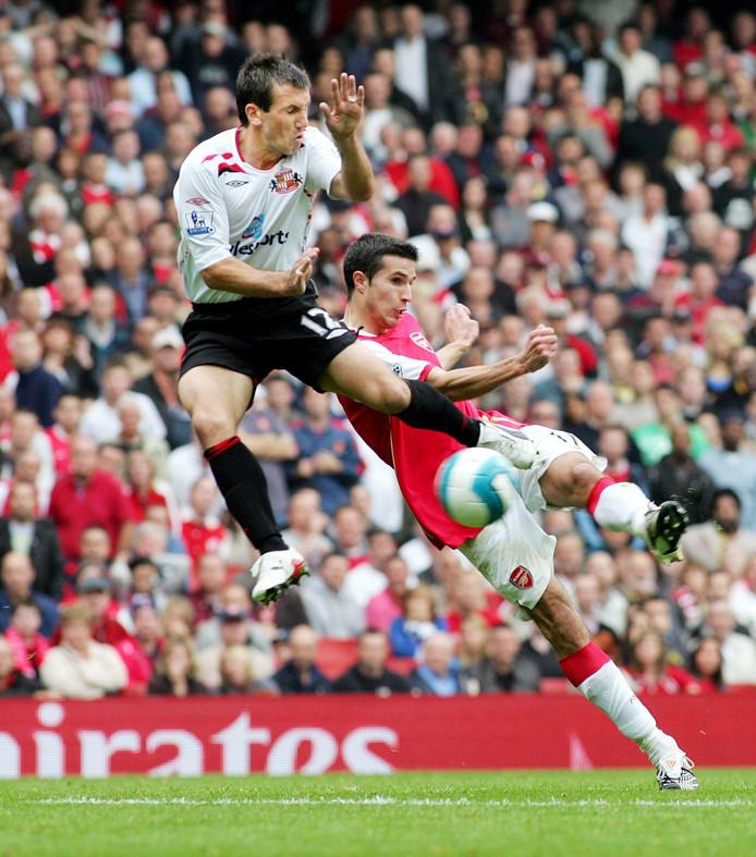 Liam Miller probeert namens Sunderland een schot van Arsenal-spits Robin van Persie te blokken op 7 oktober 2007.