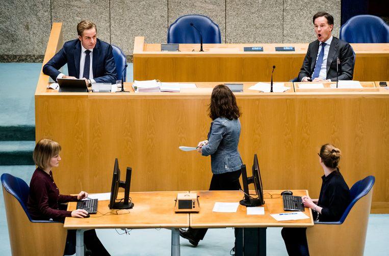 Minister Hugo de Jonge van Volksgezondheid, Welzijn en Sport (CDA), Esther Ouwehand (pvdd) en Premier Mark Rutte tijdens het Tweede Kamerdebat over de ontwikkelingen rondom het coronavirus. Beeld ANP