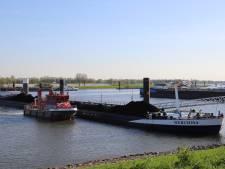 Blusboot in actie voor brand aan boord schip bij IJzendoorn