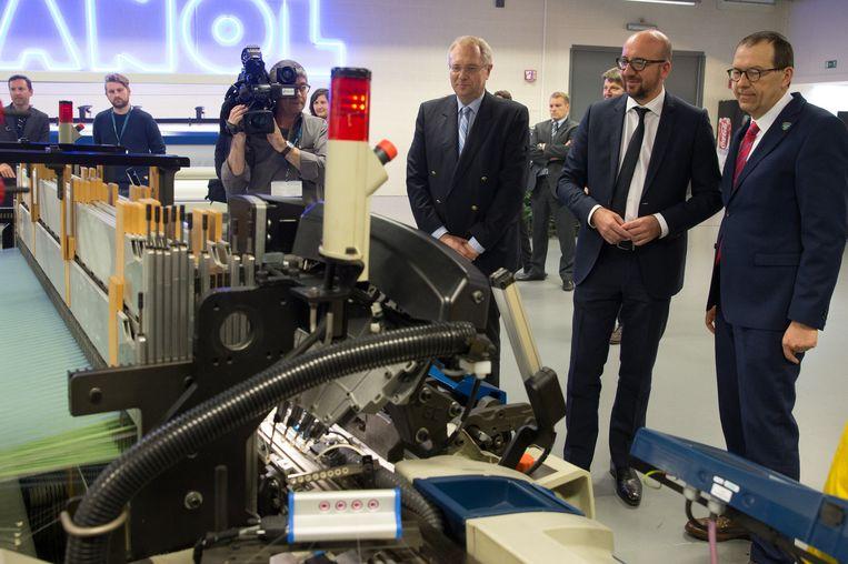 Stefaan Haspeslagh, premier Charles Michel en Picanol-CEO Luc Tack tijdens een bezoek aan de Picanol Group.