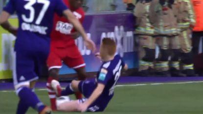 VIDEO: Trebel pakt donkerrode kaart voor belachelijke tackle