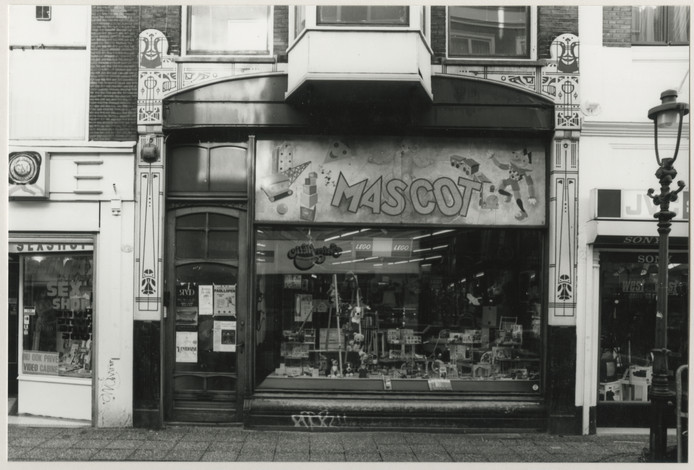 Mascot Speelgoed, eerst 30 jaar in de Korte Poten. Nu in de Korte Houtstraat.