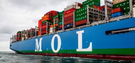 Lege containers vallen van schip in Rotterdamse haven