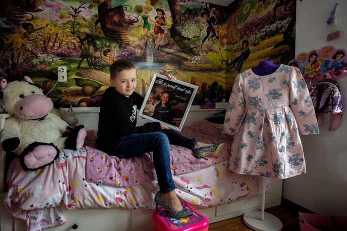 Stef Smits (9) op zijn kamer, met zijn single én z'n glitterhakken.