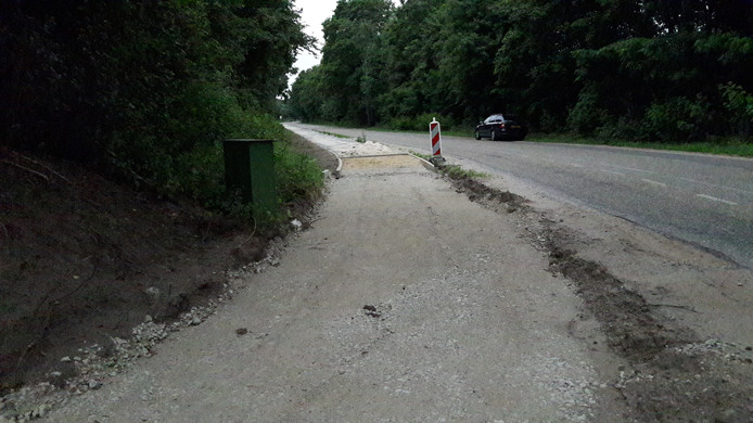 Het fietspad langs de Karrevenseweg in Heijen maakt de route voor tweewielers veel veiliger. Straks.