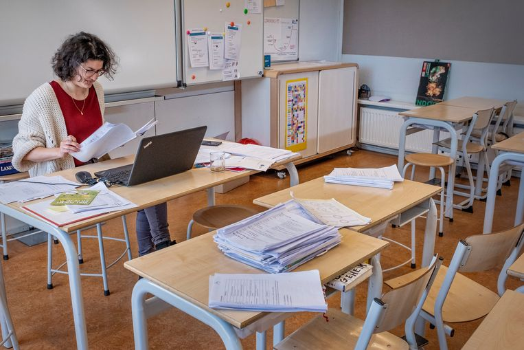 Leerkrachten op basisschool de Windroos bereiden zich voor op de heropening van de school. Beeld Patrick Post