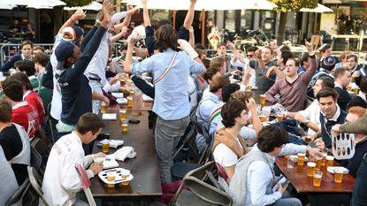 """""""Sommige studenten worden kinds als ze gedronken hebben"""": cantus op Oude Markt stilgelegd nadat jongen stoel tegen hoofd krijgt"""