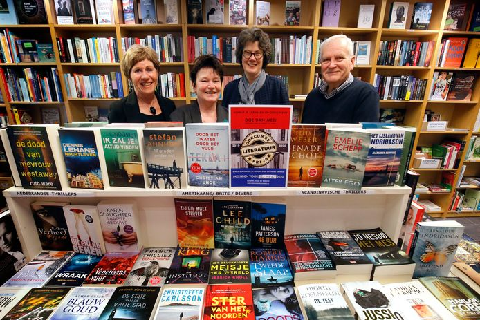 Ellen du Cloux, Hilma Bruinsma, Jacobi de Wildt en Kees Osseweijer (vlnr) van de werkboek die het gedenkboek uitbrengt over Vrijheid in Gorinchem.