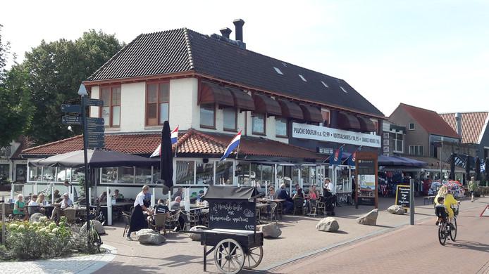 Het huidige pand met daarin restaurant Kokki's en een shop met souvenirs, pluche dolfijnen en kleding.