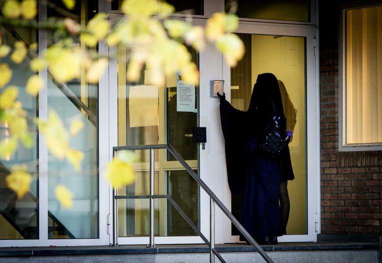 Een bezoeker komt aan bij de speciaal beveiligde rechtszaal de bunker waar de strafeis wordt uitgesproken in het grote Haagse jihadproces. Beeld ANP