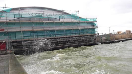 De grote steiger bij zwembad De Schelp stond goed vast, daar deden zich geen gevaarlijke situaties voor, meldde de gemeente Bergen op Zoom.