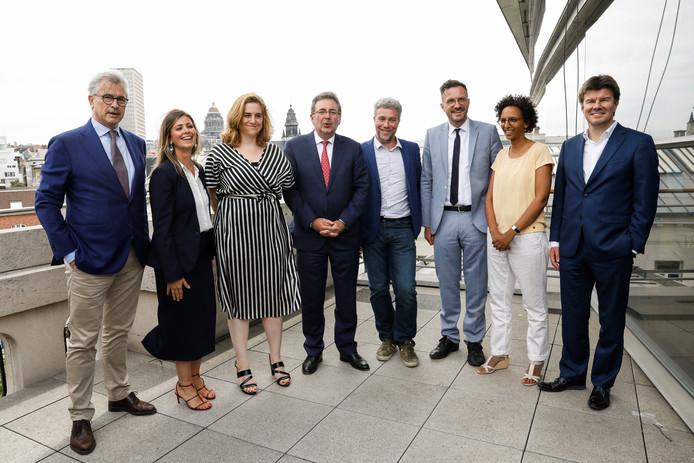 La nouvelle équipe bruxelloise au grand complet avec de gauche à droite: Bernard Clerfayt (DéFI), Nawal Ben Hamou (PS),  Elke Van den Brandt (Groen) , Rudi Vervoort (PS), Alain Maron (Ecolo), Pascal Smet (sp.a), Barbara Trachte (Ecolo) et Sven Gatz (Open VLD).