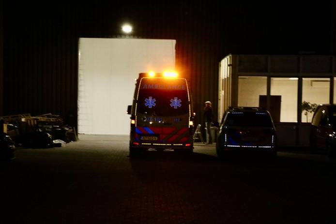 Ambulance en politie is aanwezig bij het transportbedrijf H. van der Berg in Duiven.