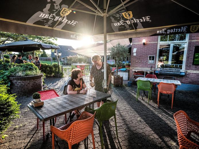 Het terras van Meet en Meat, een ideaal plekje om even 'aan te leggen'.