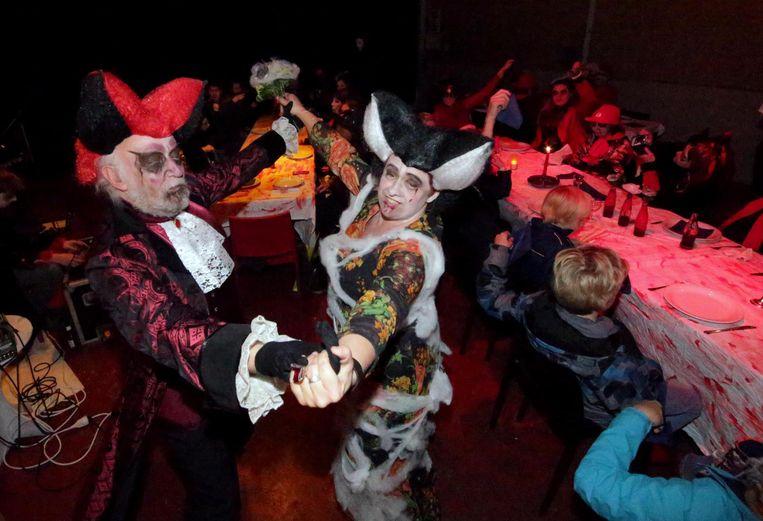 Dit vampierenkoppeltje vierde zijn huwelijk op Halloween.