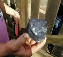 Een bewoners toont een van de neergekomen stukken ruimtepuin.