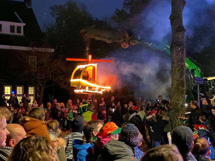 Een van de hoogtepunten van de Sinterklaasintocht in Kaatsheuvel: Zwarte Piet in een helikoptertje.