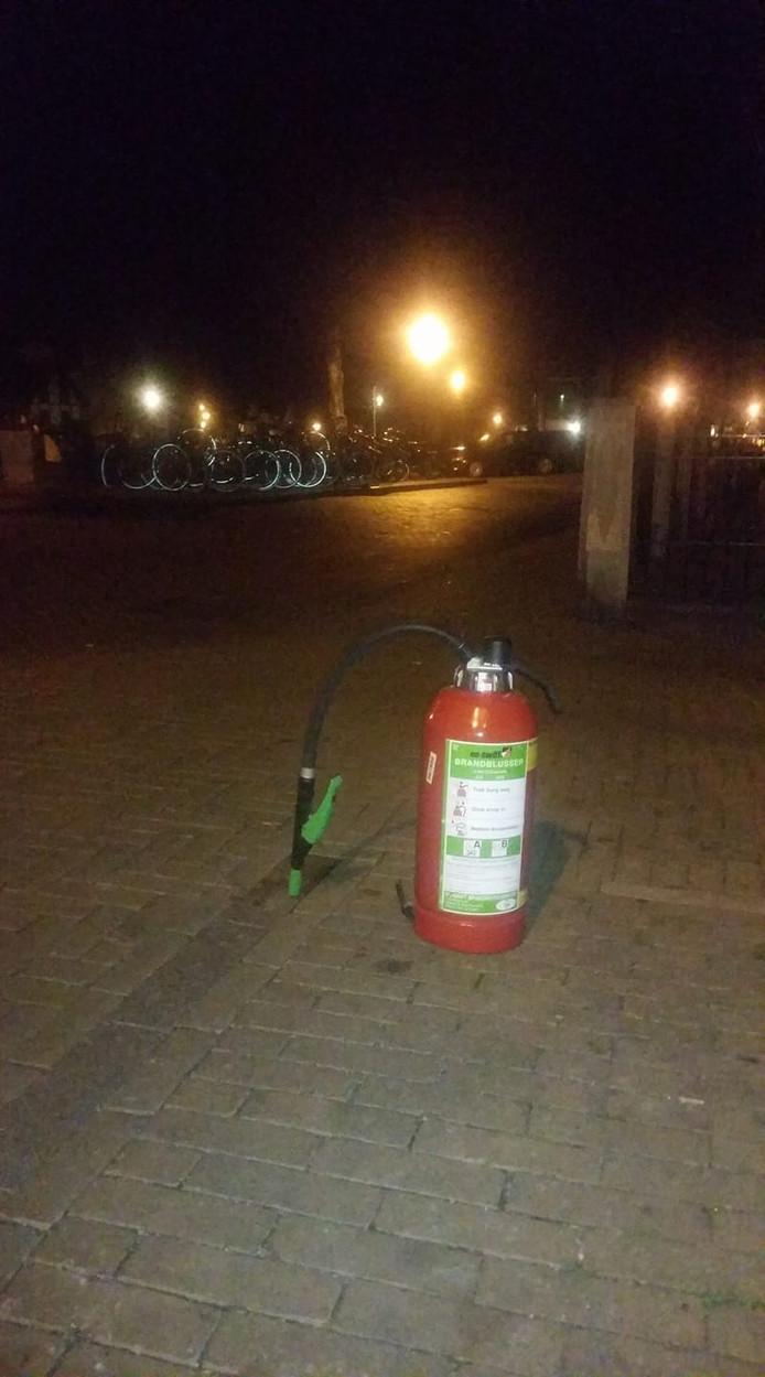 Een auto is vannacht in brand gevlogen op het Eind in Gorinchem. Volgens Willem Hak eigenaar van het nabijgelegen café De Feniks is vuurwerk de oorzaak van de vlammenzee.