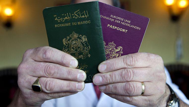 Een Marokkaans en een Nederlands paspoort. Beeld anp