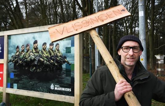 Kunstenaar Zeus Hoenderop met het bord Vlissingen bij de Marinierskazerne