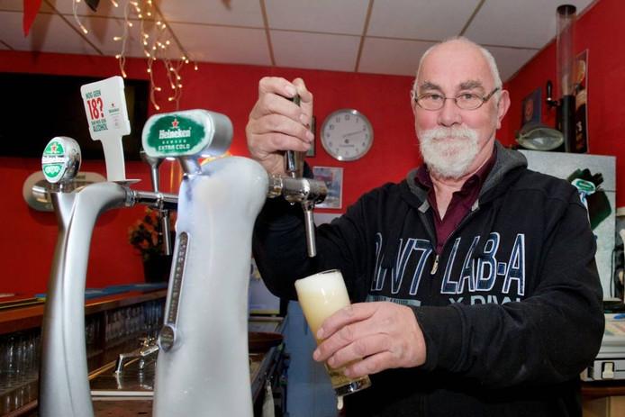 Theo Hutting staat tegenwoordig (onder meer) achter de bar bij AZ 2000.