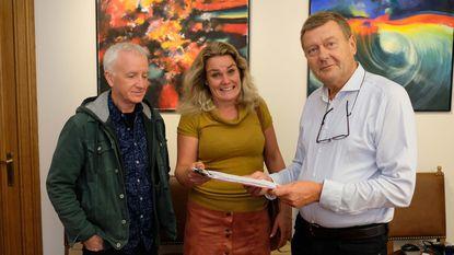 't Stationneke overhandigt petitie aan burgemeester