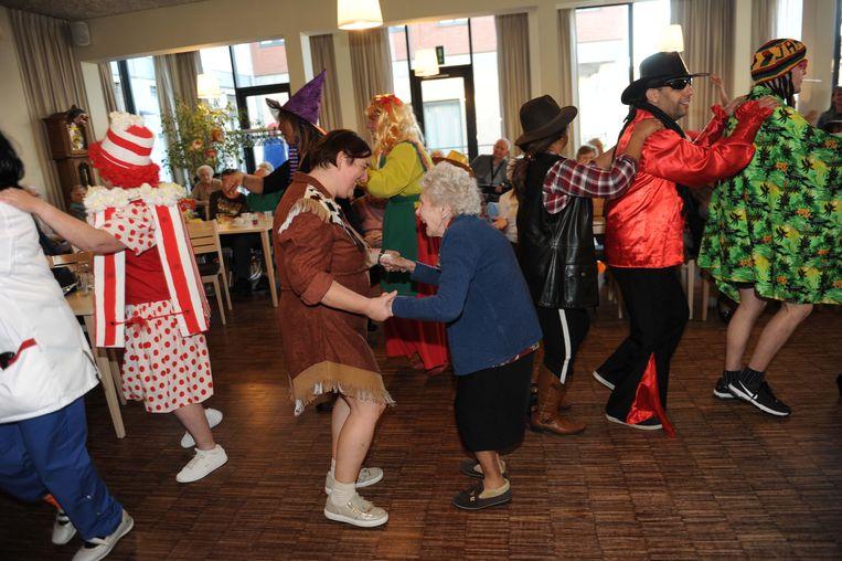 Carnaval in rusthuis Herfstvreugde.