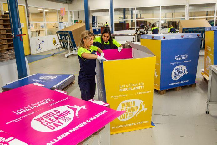 Veronica Roderiguez en Fatma Turkyilmaz hebben deze week 25 immense papiercontainers van karton in elkaar gezet. Ze staan deze zaterdag in de binnenstad van Deventer.
