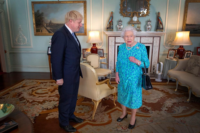 Koningin Elizabeth II ontvangt Boris Johnson nadat deze is gekozen als leider van de Conservatieven in juli.  Beeld EPA