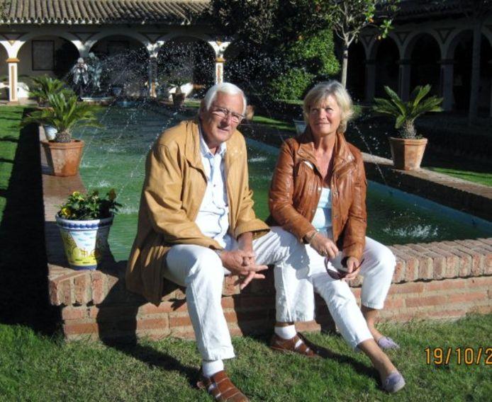 Lucy en Gerard La Vos. Het echtpaar hoort tot de overwinteraars, verblijft jaarlijks van oktober tot april in Albir, Spanje. Noodgedwongen op dit moment: 'Grenzen dicht, geen vliegverkeer, dus daar zitten we dan'